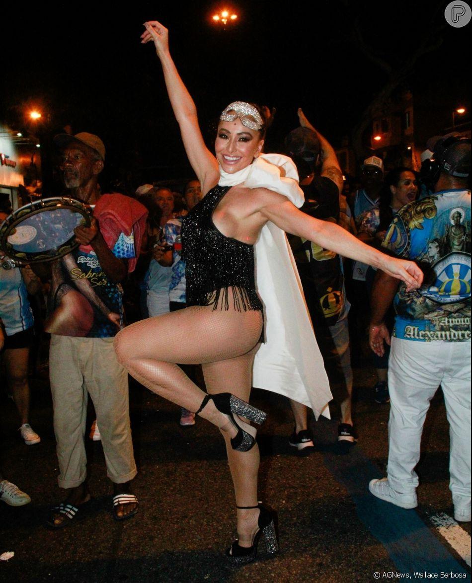 71b98caac Sabrina Sato usa body preto brilhoso com franjas assinado por Giulia Borges  para desfile de rua