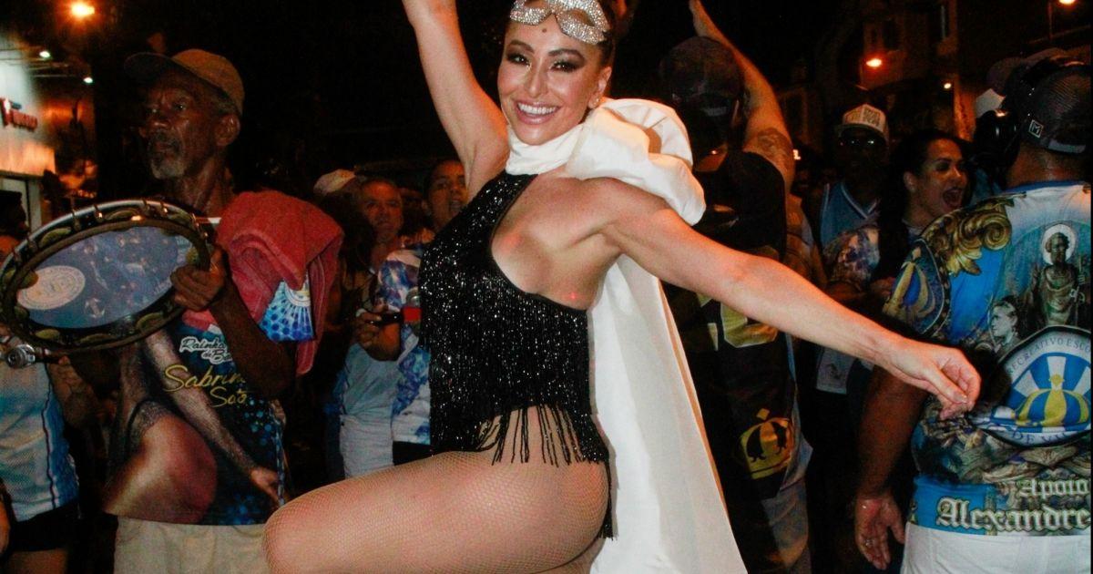 b8d84c0a1 Sabrina Sato usa body cavado de franjas em último ensaio de escola de samba  - Purepeople