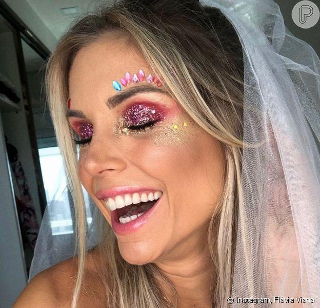 Flávia Viana apostou na sombra vermelha com muito glitter rosa por cima. Na pele, glitter dourado e aplicações de strass