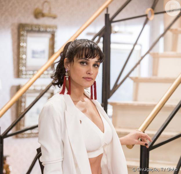 Gisela (Débora Nascimento) ficará bêbada e acabará arrumando uma confusão, na novela 'Verão 90'.
