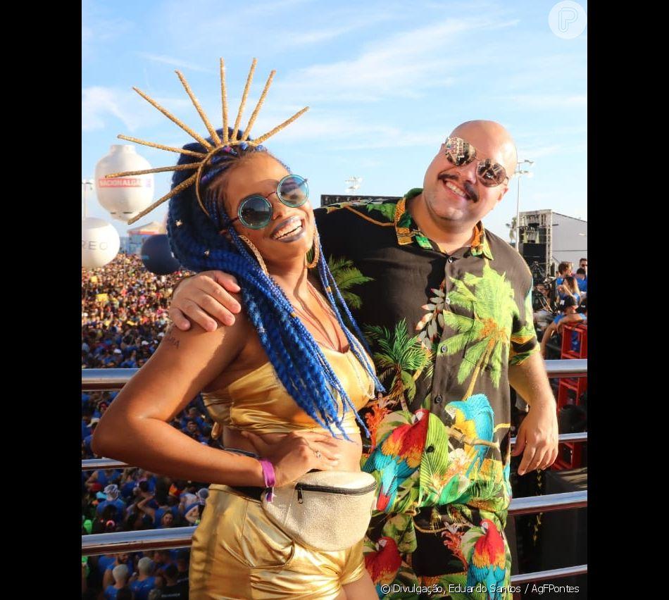 3d8613035 Jennifer Nascimento  óculos azul e pochete dourada complementaram o look  para a folia em cima do trio no Carnaval de Salvador
