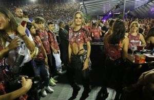 Decote na barriga e pochete: street domina look de Izabel Goulart na Sapucaí