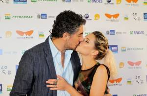 Bruna Linzmeyer beija o marido, Michel Melamed, em pré-estreia de filme no Rio