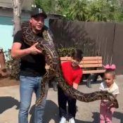 Aventureiros! Safadão e os filhos Yhudy e Ysis seguram cobra em zoo nos EUA