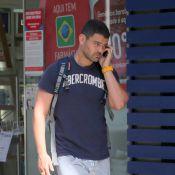 Carmo Dalla Vecchia, de 'Império', fala ao telefone durante passeio no Rio