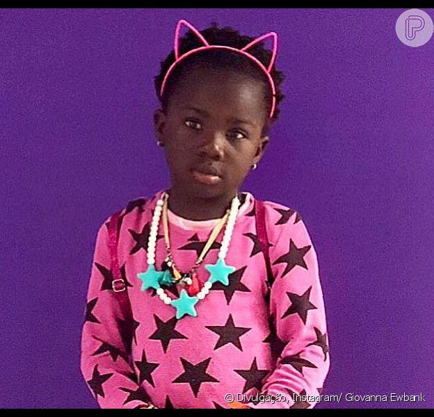 'Bem basiquinha'.Titi encantou a web com foto postada pela mãe, Giovanna Ewbank, em seu Instagram, nesta terça-feira (19). O clique exibia a pequena com look cheiod e cor, listra e estrelas.