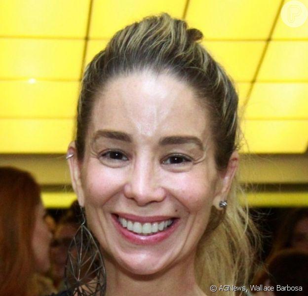 Danielle Winits dispensou o make ao prestigiar à pré-estreia de peça 'O Som e a Sílaba', no teatro XP Investimentos, no Jockey Clube da Gávea, Zona Sul do Rio de Janeiro, nesta terça-feira, 19 de março de 2019