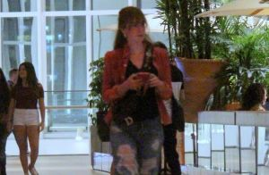 Marina Ruy Barbosa combina destroyed jeans com bolsa grifada para curtir jantar