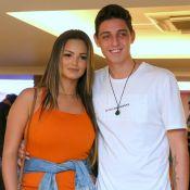 Com namorado, Suzanna Freitas elege look chic e despojado para première de filme