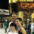Harrison Ford foi com a mulher, Calista Flockhart e o filho dela, Liam, para a Marquês de Sapucaí, no desfilde das campeãs deste sábado, 16 de fevereiro de 2013