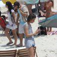 Harrison Ford, Calista Flockhart e seu filho, Liam, curtiram o domingo de sol na praia de Ipanema