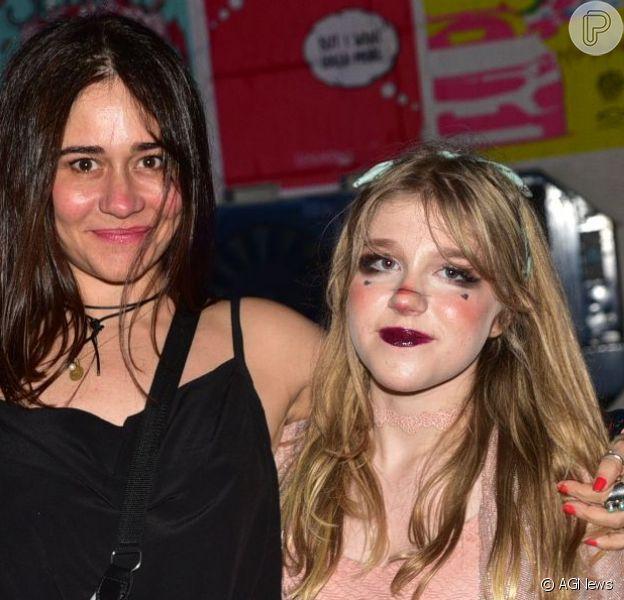 Filha de Alessandra Negrini, Betina, de 14 anos, foi ao Lollapalooza com a mãe, neste domingo, 7 de abril de 2019