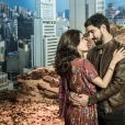 Jamil (Renato Góes) e Laila (Julia Dalavia) vivem romance proibido na novela 'Órfãos da Terra'.