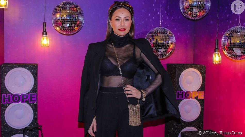 Sabrina Sato aposta em look com transparência, blazer e headband da Prada para festa de marca de lingerie que rolou nesta quarta-feira, dia 10 de abril de 2019