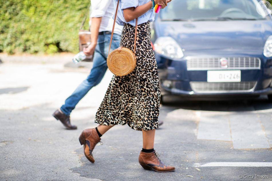 Na bota western de cano curto, a meia preta garante um visual ainda mais fashion ao look de inverno