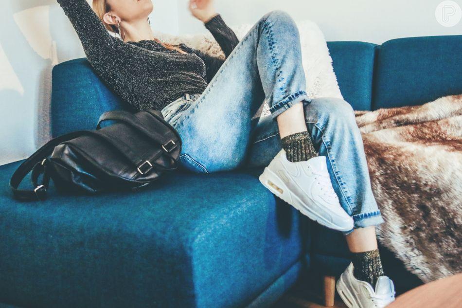 A meia de lurex é uma opção fashion com jeans e tênis branco