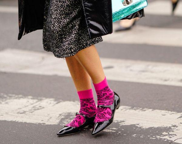 83de85920e Tendência de moda no inverno 2019  saiba como usar as meia aparecendo no  look - Purepeople