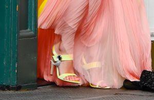Taylor Swift combina detalhe amarelo do vestido com sandália em look 'fada'