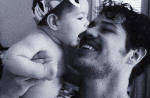 José Loreto posta foto da filha andando e filosofa:'Mãos dadas, corações atados'