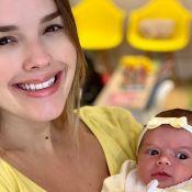 Thaeme opta por furo de orelha humanizado para filha de 16 dias: 'Não chorou!'