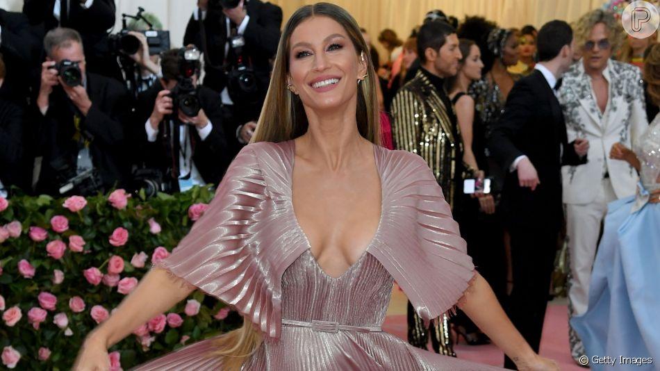 Gisele Bündchen apostou em um vestido romântico todo plissado e sustentável feito em parceria com a Dior para o baile do MET