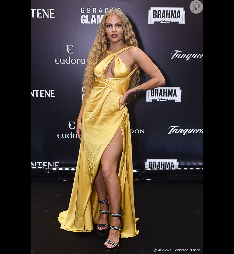 c4f546b2677a Para o Prêmio Geração Glamour, Luísa Sonza apostou em um vestido longo  amarelo e sandálias de tiras e plataforma Versace