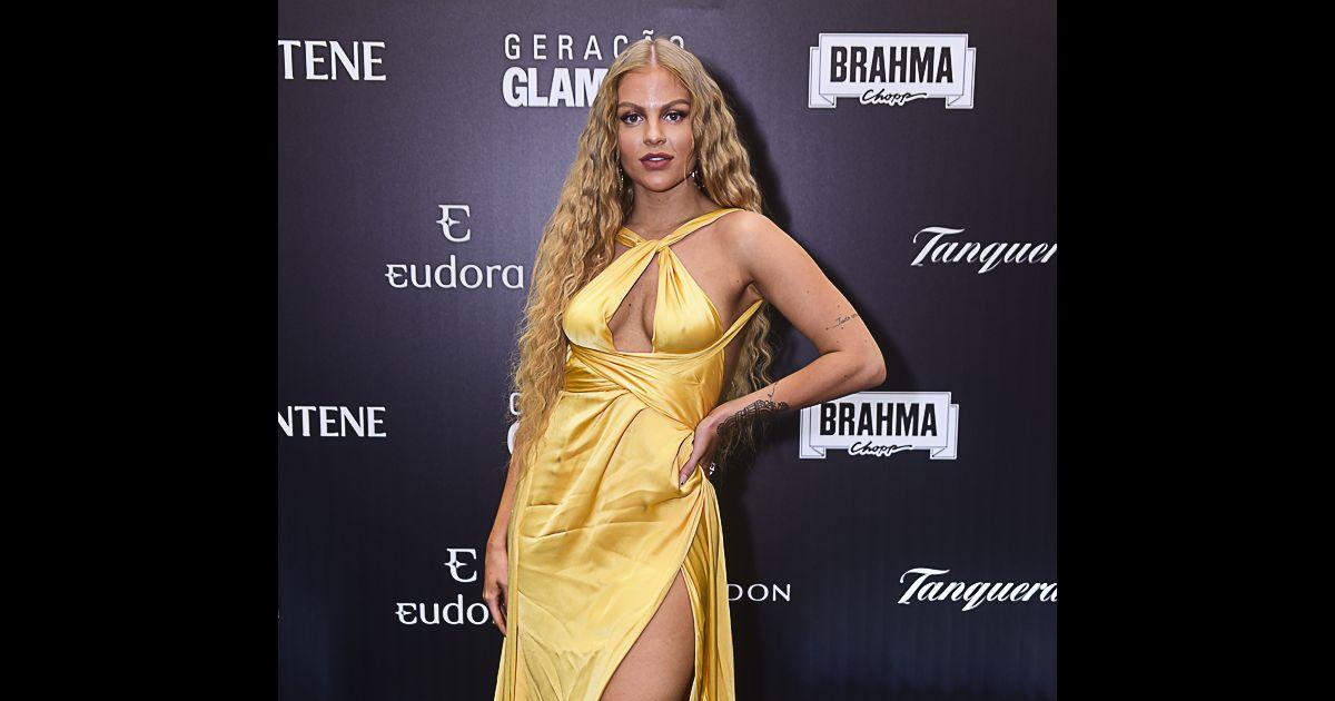2cd920f17a84 Para o Prêmio Geração Glamour, Luísa Sonza apostou em um vestido longo  amarelo e sandálias de tiras e plataforma Versace - Purepeople