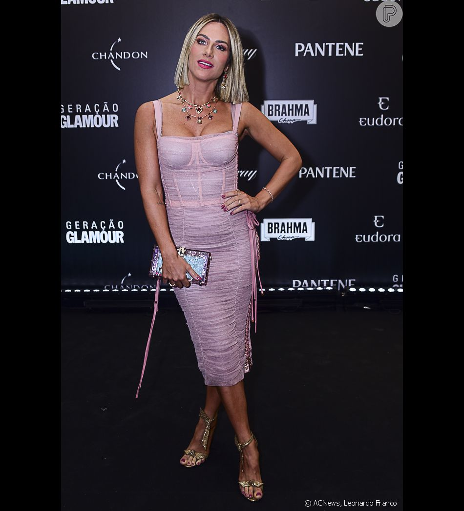 b53a69bdc07f Para o Prêmio Geração Glamour, Giovanna Ewbank usou um vestido midi  drapeado rosa millennial da Dolce & Gabbana e joias Swarovski
