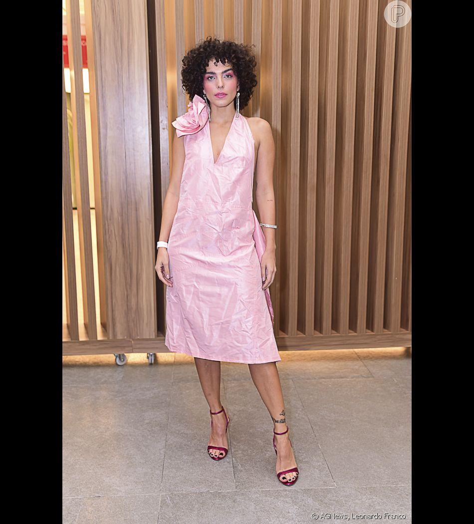 51f86ae6074c Julia Konrad apostou em um visual retrô todo rosa para Prêmio o Geração  Glamour