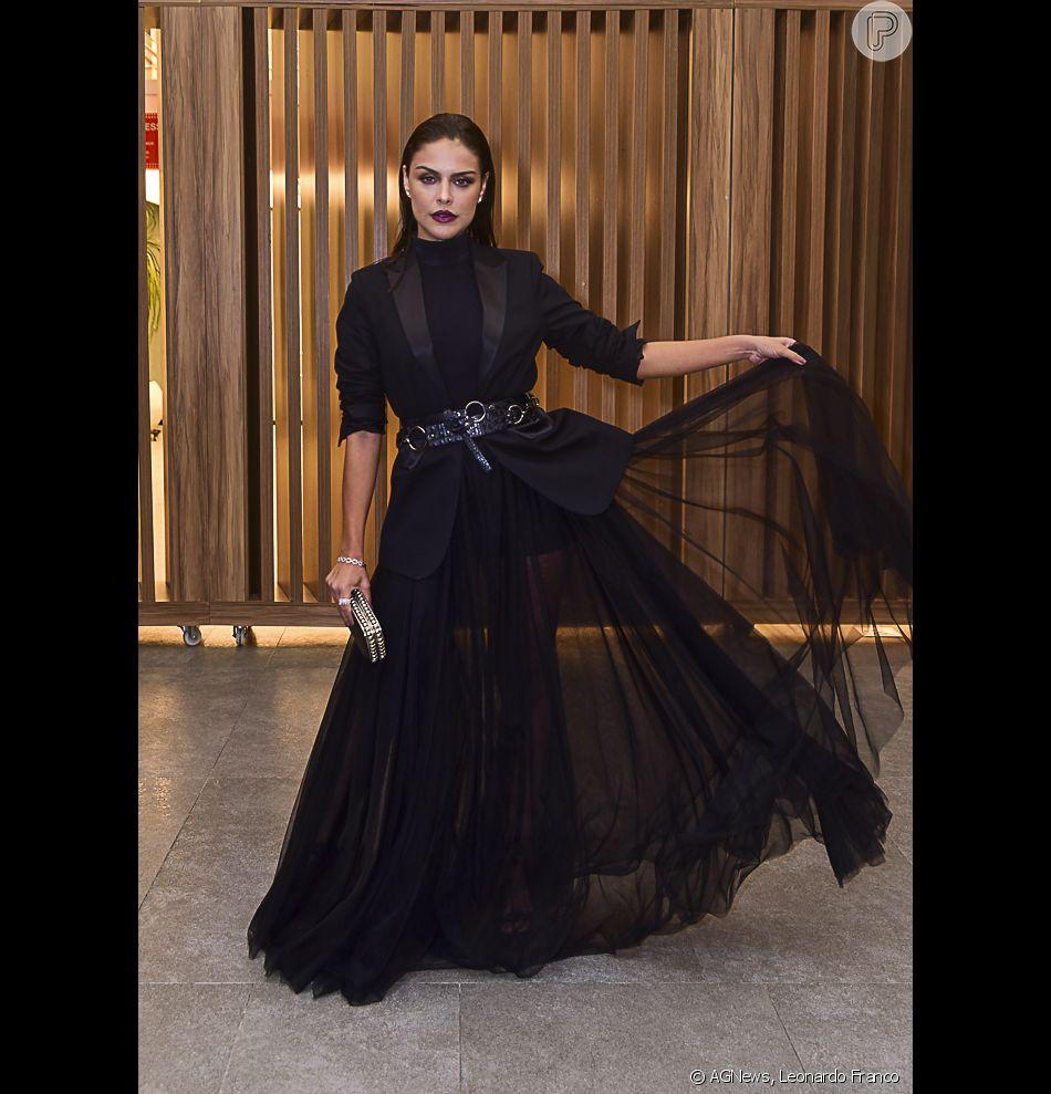 d5b4e2fa06ce Paloma Bernardi apostou em um vestido all black com renda e muito volume  para o Prêmio Geração Glamour