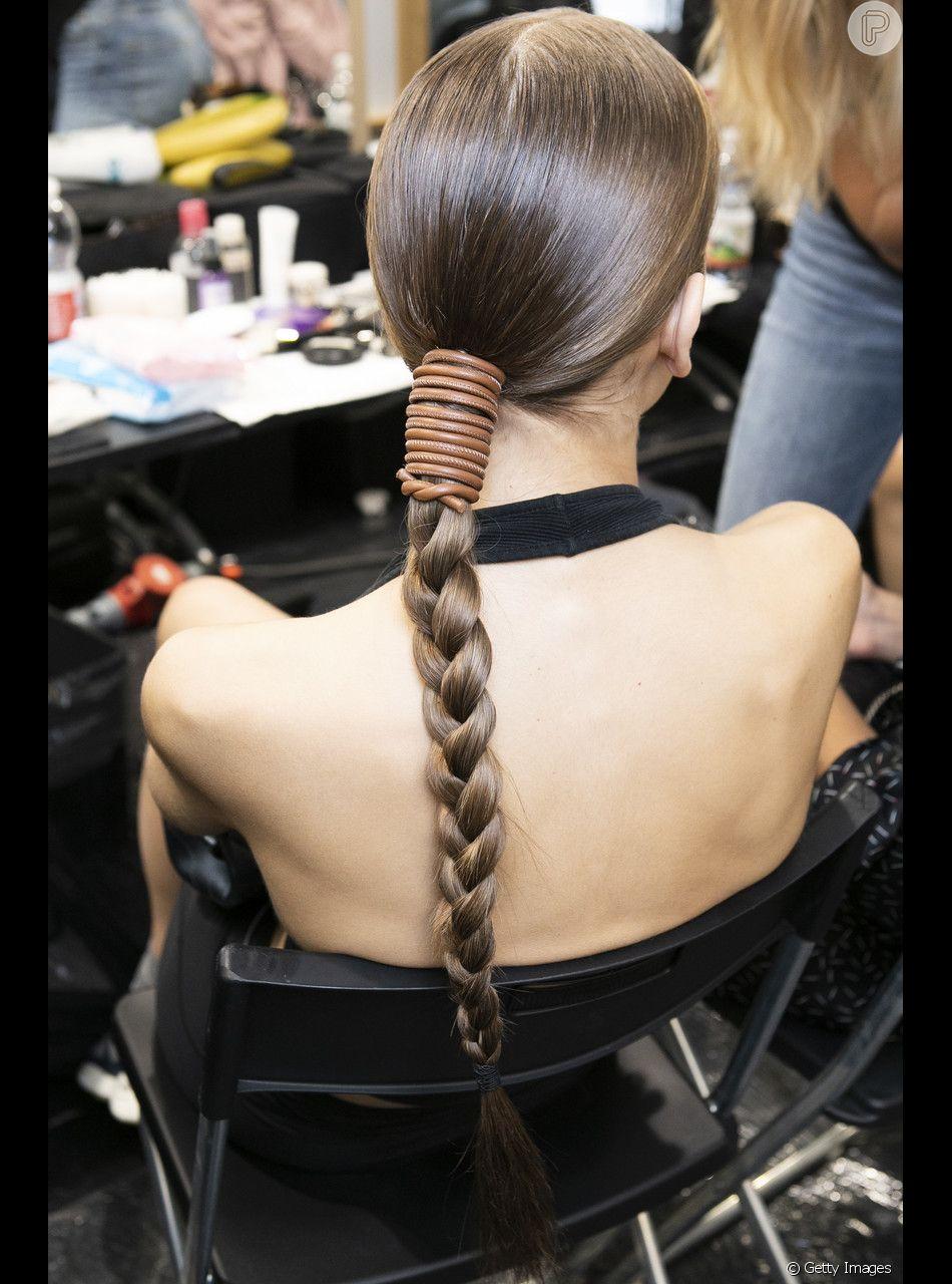 A trança tradicional pode ficar mais glamourosa com um acessório diferente na base do penteado