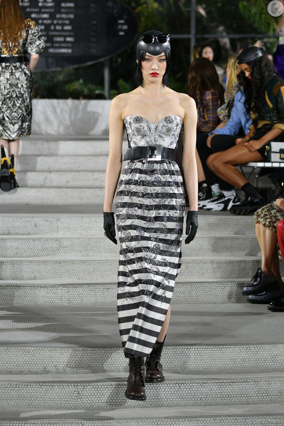 Combinação clássica, preto e branco aparece em novas versões nas passarelas. Mix de estampas na passarela da Louis Vuitton