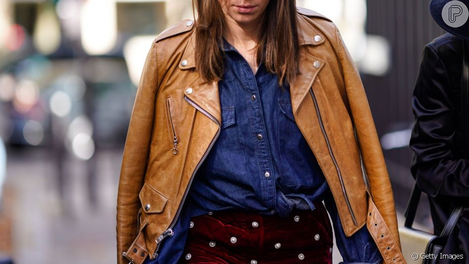 No inverno, a camisa jeans pode ser usada por baixo de jaqueta de couro