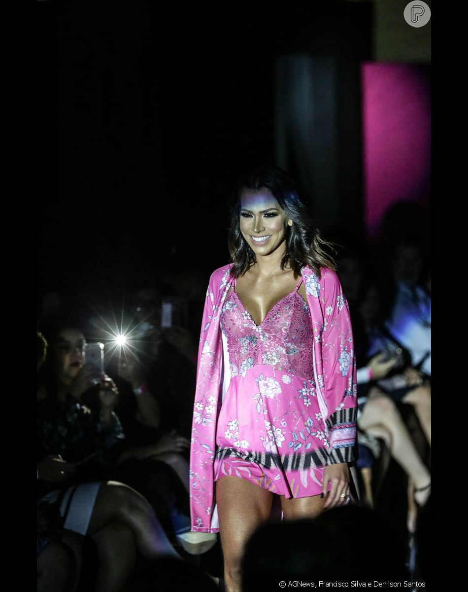 a8dbe2565 Adriana Sant Anna ainda usou uma camisola rosa com estampa florida em  desfile de lingerie nesta terça-feira