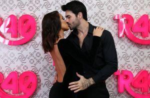 Adriana Sant'Anna e marido se beijam ao som de marcha nupcial em desfile. Veja!