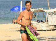 Aos 46 anos, Reynaldo Gianecchini chama atenção ao deixar praia de sunga. Fotos!
