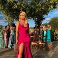 Vestido pink de Rafa Kalliman teve decote dos anos 2000 e pernas à mostra