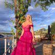 Vestido pink de Lorena Improta tinha corsert e transparência com decote bardot e saia dramática