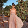 Vestido cheio de fluidez da blogueira Gabriela Sales se assemelhava à silhueta de uma bailarina contemporânea do ateliê Dina Barcelos