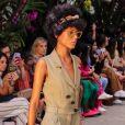 A estampa floral é tendência nos acessórios: No desfile de PatBo, na Semana de Moda de São Paulo, ela apareceu na tiara e no lenço preso a bolsas de palha