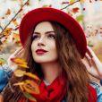 Lenço com estilo: combinar o acessório com um chapéu deixa o visual elegante e na trend 'combinandinha'