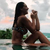 Em Alagoas, Débora Nascimento ganha elogios em foto de biquíni: 'Musa, diva'