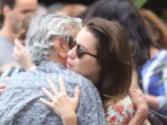 Caetano Veloso, Nathalia Dill e mais famosos velam corpo de Flora Diegues. Fotos