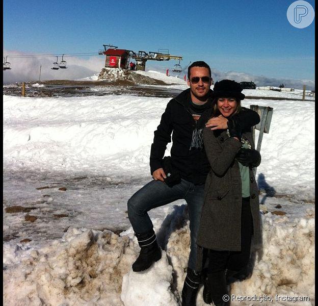 Rodrigo Andrade posa ao lado da namorada, Melina Torres, que teve sucesso no tratamento contra o câncer. Rodrigo também comemorou o novo personagem na próxima trama das nove agradecendo no Twitter, em 18 de fevereiro de 2013