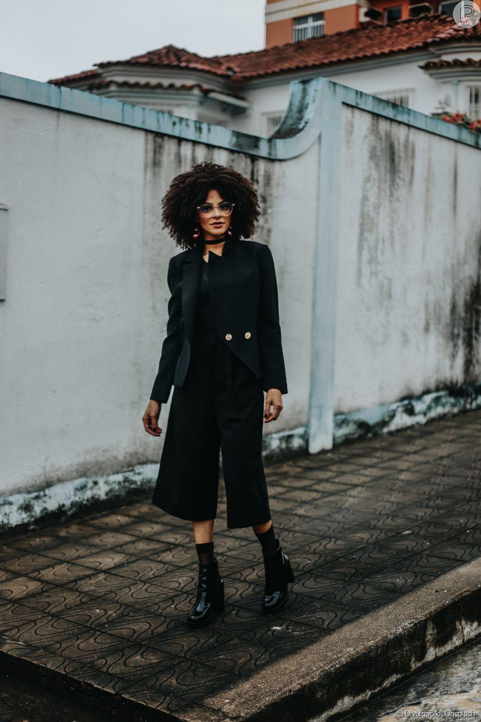 d40eab17749e3 Calça pantacourt e botas pretas garantem um look de trabalho estiloso e  discreto