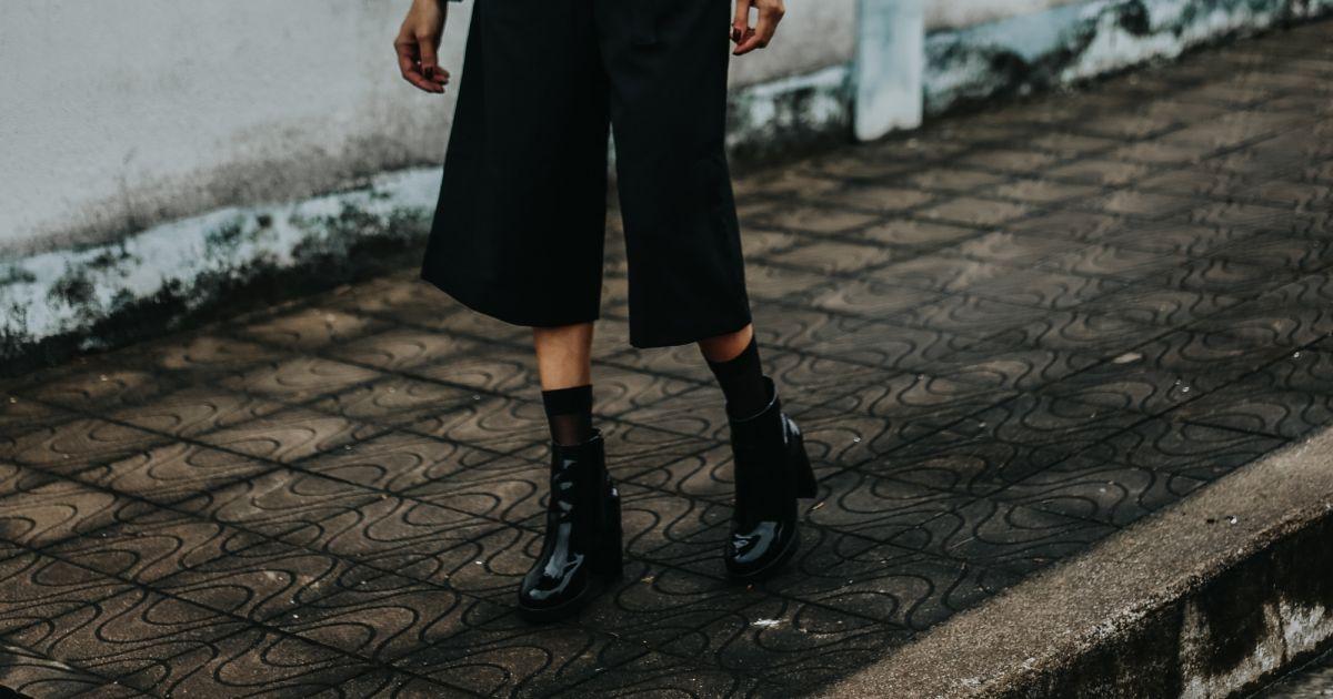 2e1a0f199c8e9 Calça pantacourt e botas pretas garantem um look de trabalho estiloso e  discreto - Purepeople