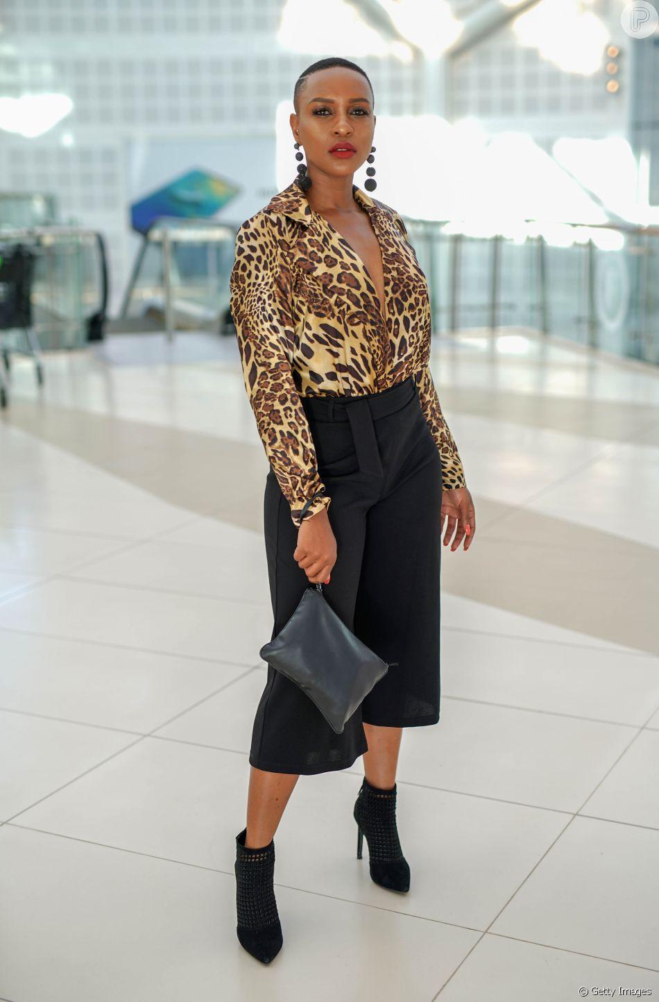a53cb7c252693 A bota de bico e salto finos pode ser usada no office look com calça preta  pantacourt