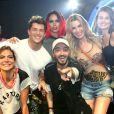 Camila Queiroz e Klebber Toledo se encontraram com Silvero Pereira e Carol Sampaio em festa