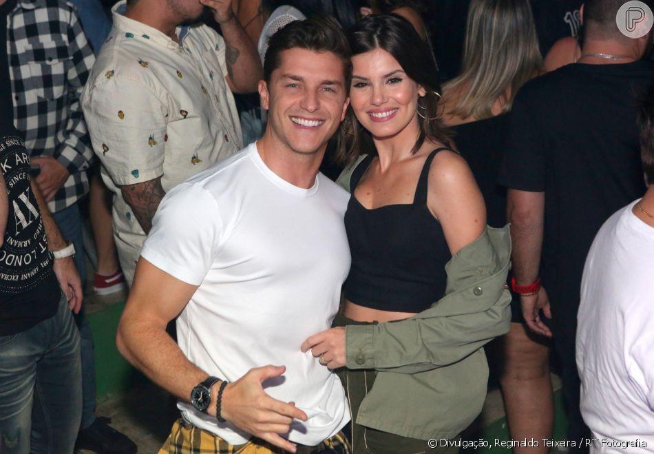 Camila Queiroz e Klebber Toledo se beijaram no Baile da Favorita, na quadra da Acadêmicos da Rocinha, Zona Sul do Rio, neste sábado, 9 de junho de 2019