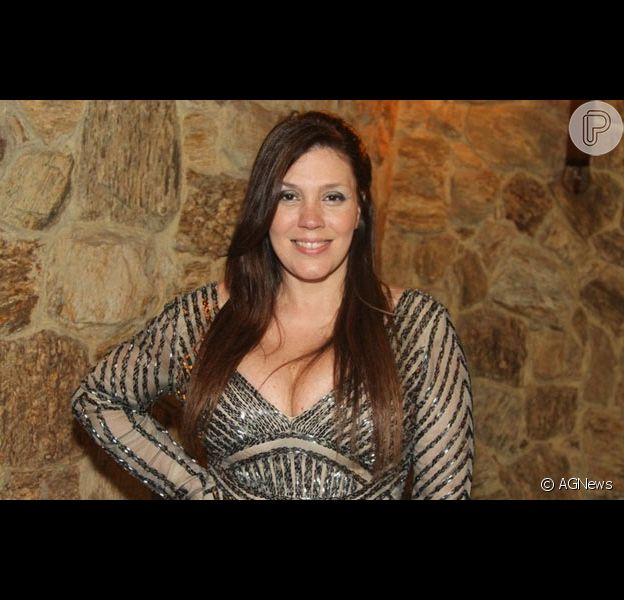 Simony agita web com look decotado estampa animal print